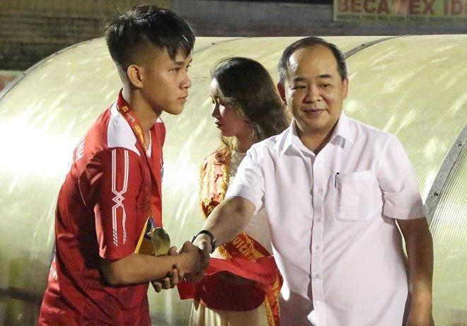 Đồng đội của Công Phượng đoạt giải Cầu thủ xuất sắc nhất - ảnh 1