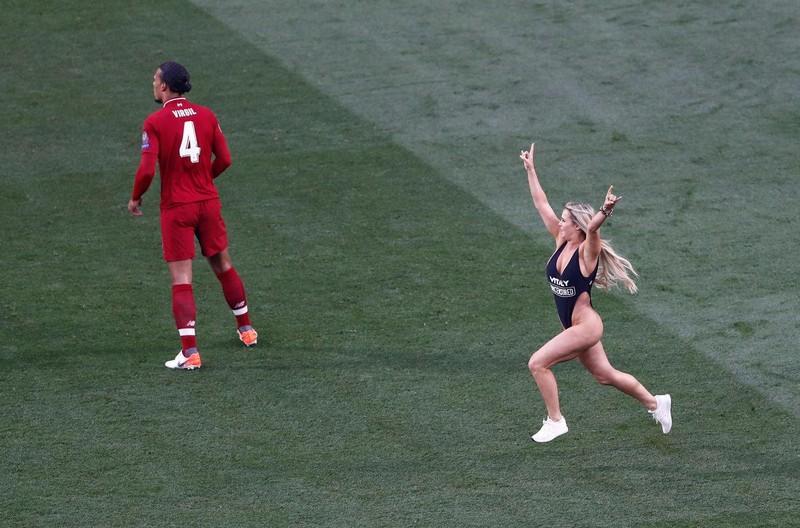 Cô gái mặc bikini lao vào sân trận CK Champions League là ai? - ảnh 4