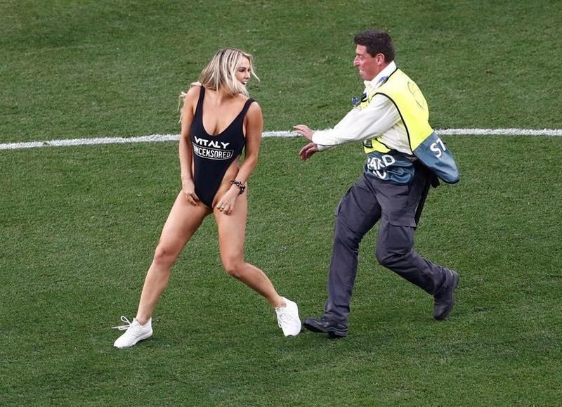 'Cô gái nóng' ở trận chung kết Champions League bị phạt nặng - ảnh 1