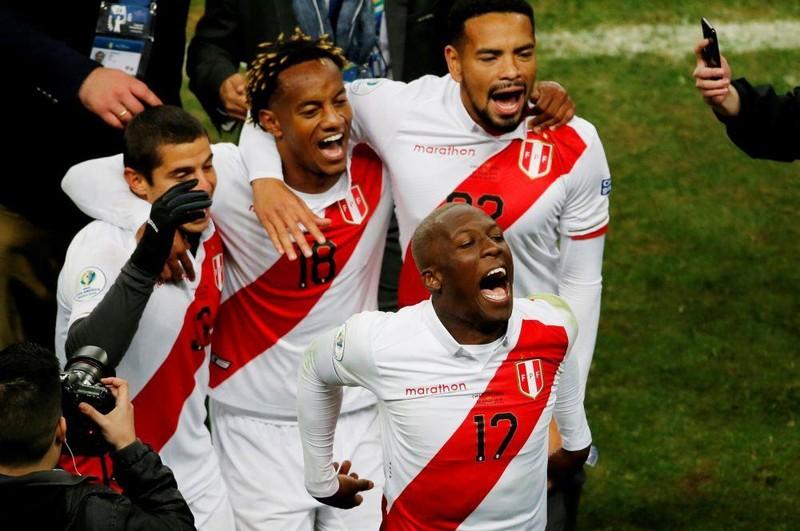 Thua độ, nữ ca sĩ xinh đẹp 'thưởng nóng' cho cả đội tuyển Peru - ảnh 2