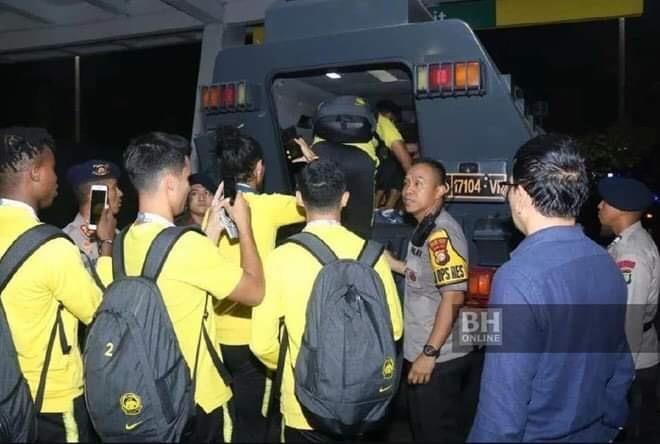 Indonesia điều xe bọc thép chở đội Malaysia về khách sạn - ảnh 4