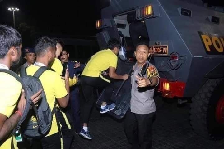 Indonesia điều xe bọc thép chở đội Malaysia về khách sạn - ảnh 3