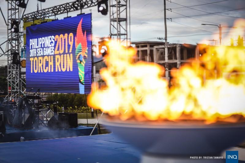 Chùm ảnh ngọn đuốc SEA Games về đến Manila chờ ngày bùng cháy - ảnh 5