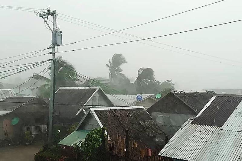Siêu bão tràn vào Philippines, trận VN - Singapore có bị hoãn? - ảnh 1