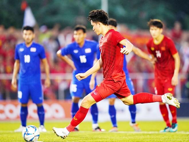 HLV Kiatisak: Bóng đá Việt Nam không độc chiếm vị trí số 1 - ảnh 1