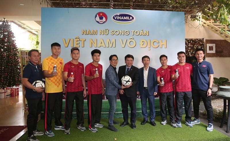 Vinamilk tặng quà cho U-22 Việt Nam sau HCV SEA Games lịch sử - ảnh 1