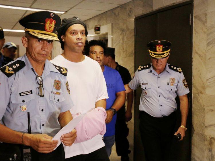 Ronaldinho không biết mình sử dụng hộ chiếu giả - ảnh 1