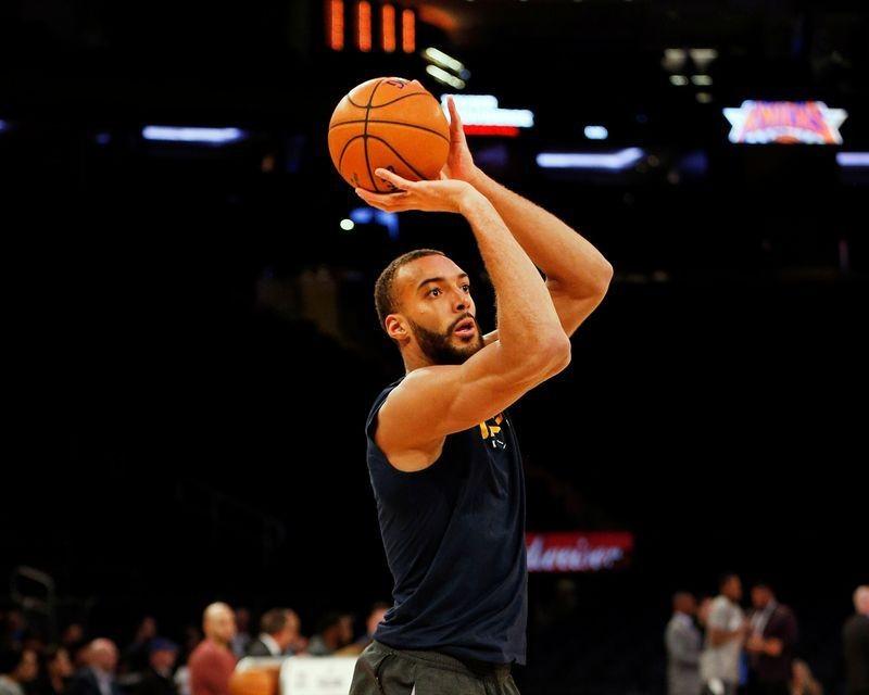 Ngôi sao NBA nhiễm COVID-19 tặng tiền làm từ thiện - ảnh 1