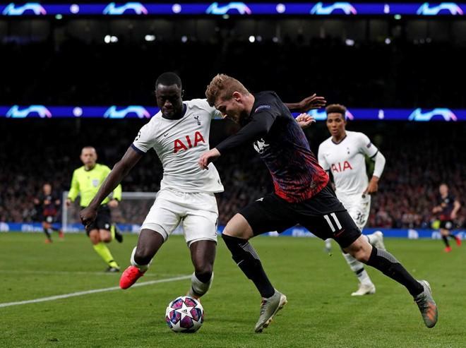 'Tiểu Mourinho' buộc học trò đeo khẩu trang khi tập luyện - ảnh 1