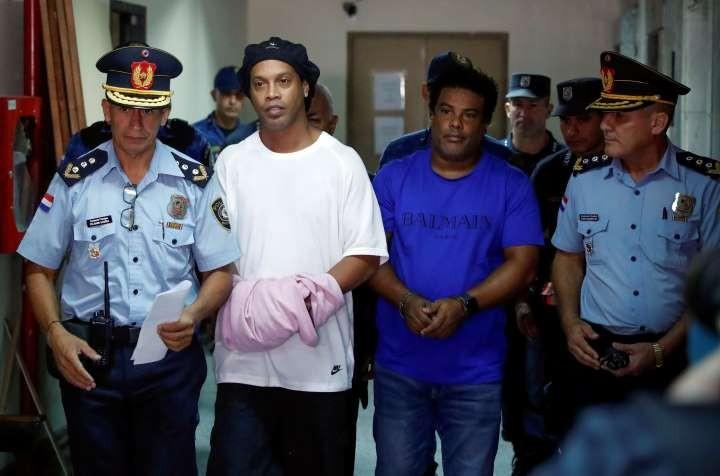 Anh em Ronaldinho tiếp tục bị giam giữ tại Paraguay - ảnh 1