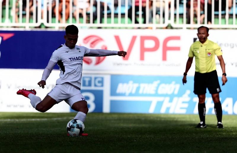 Văn Toàn 'dọn cỗ' cho Tuấn Anh ghi bàn đầu mùa giải - ảnh 1