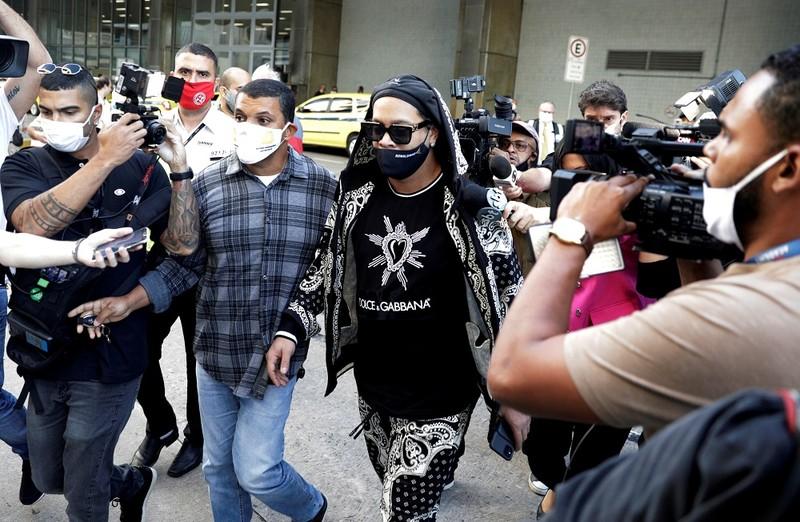 Vụ Ronaldinho có 18 quan chức xuất nhập cảnh bị bắt - ảnh 1