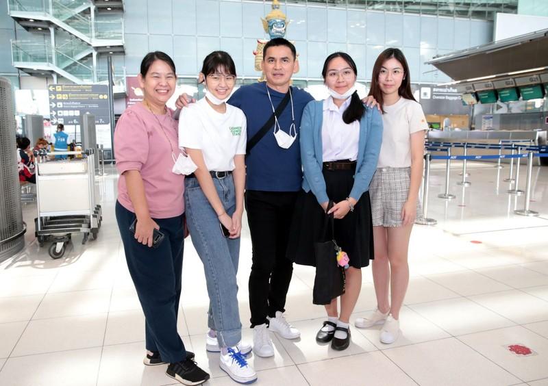 Chùm ảnh Kiatisak lên máy bay sang Việt Nam - ảnh 3