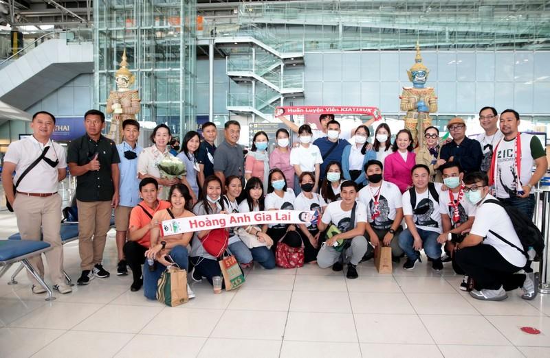 Chùm ảnh Kiatisak lên máy bay sang Việt Nam - ảnh 6