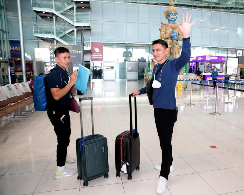 Chùm ảnh Kiatisak lên máy bay sang Việt Nam - ảnh 7