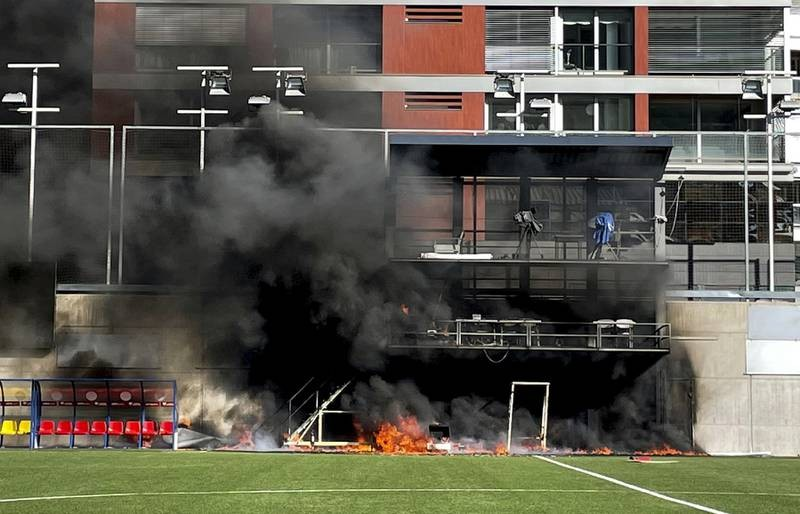 Ngọn lửa bí ẩn bùng phát, trận Anh - Andorra bị hoãn - ảnh 1