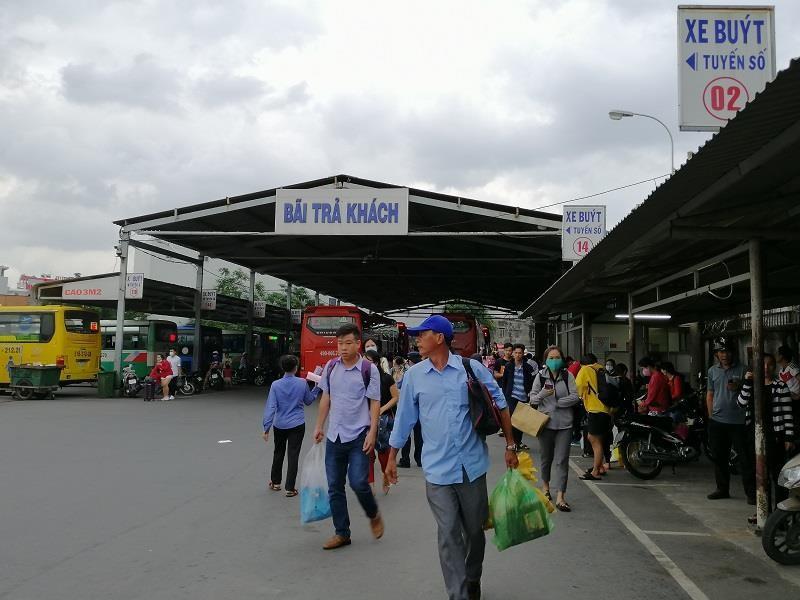 Người dân miền Tây tất bật trở lại Sài Gòn - ảnh 2