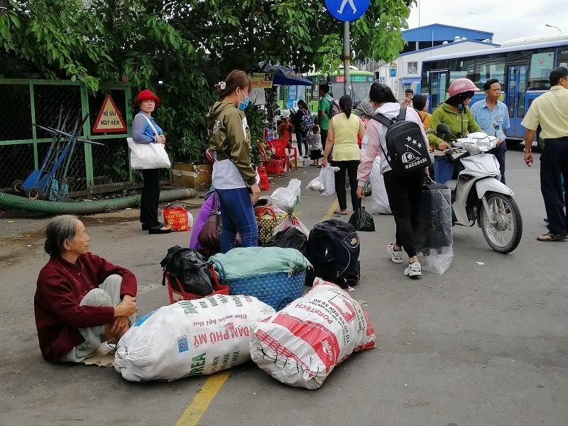 Người dân miền Tây tất bật trở lại Sài Gòn - ảnh 3