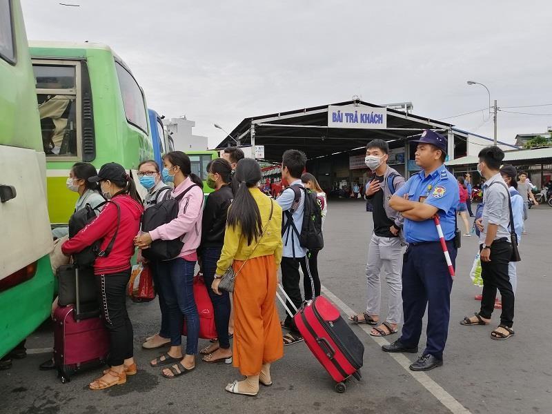 Người dân miền Tây tất bật trở lại Sài Gòn - ảnh 6