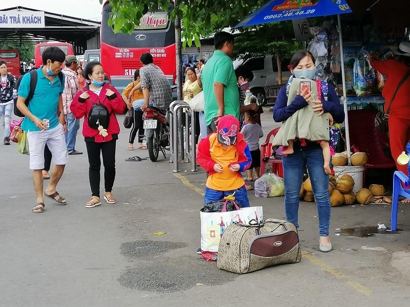 Người dân miền Tây tất bật trở lại Sài Gòn - ảnh 4