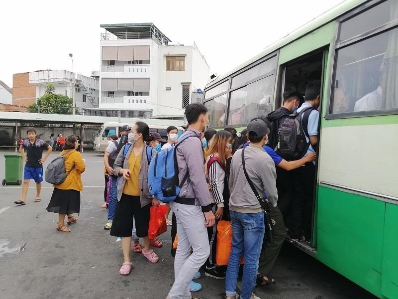Người dân miền Tây tất bật trở lại Sài Gòn - ảnh 5