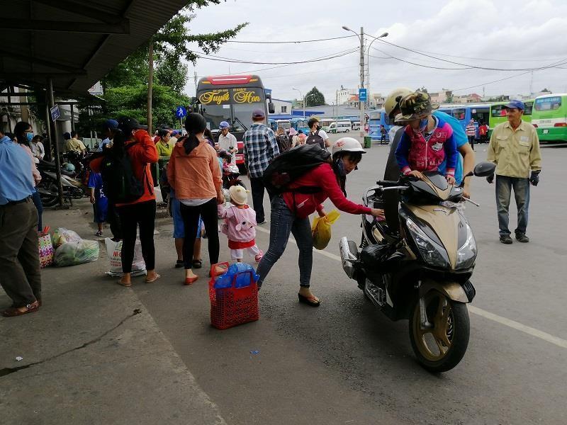 Người dân miền Tây tất bật trở lại Sài Gòn - ảnh 7