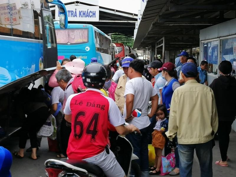Người dân miền Tây tất bật trở lại Sài Gòn - ảnh 8