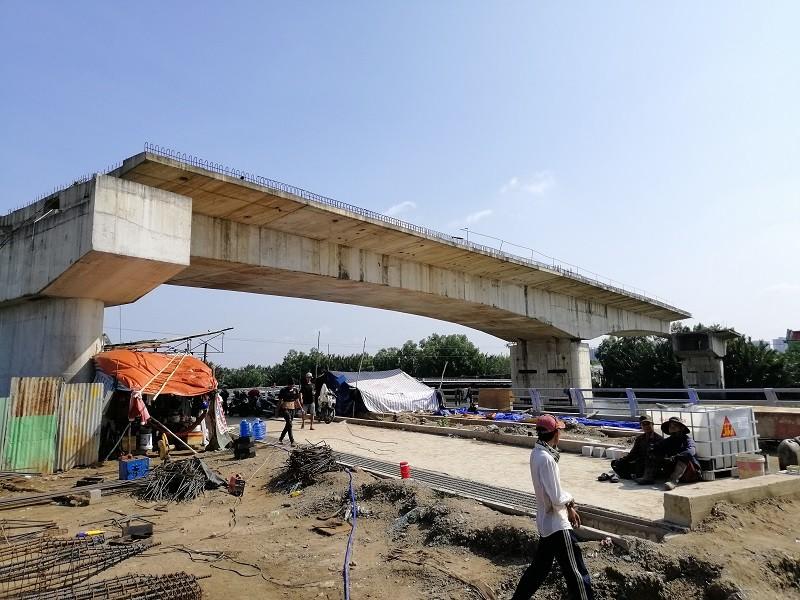 Cây cầu bảy năm chưa thể nối đôi bờ, dân chỉ được 'ngó' - ảnh 1