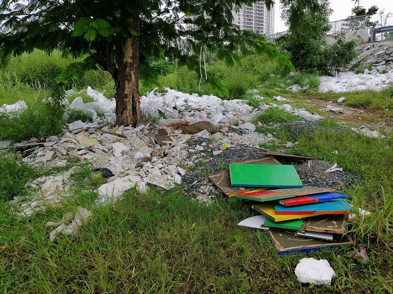 Cận cảnh rác thải tràn ngập đường song hành cao tốc - ảnh 1