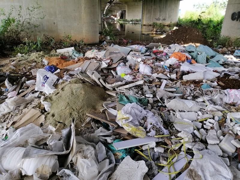 Cận cảnh rác thải tràn ngập đường song hành cao tốc - ảnh 9