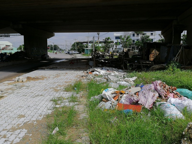 Cận cảnh rác thải tràn ngập đường song hành cao tốc - ảnh 12