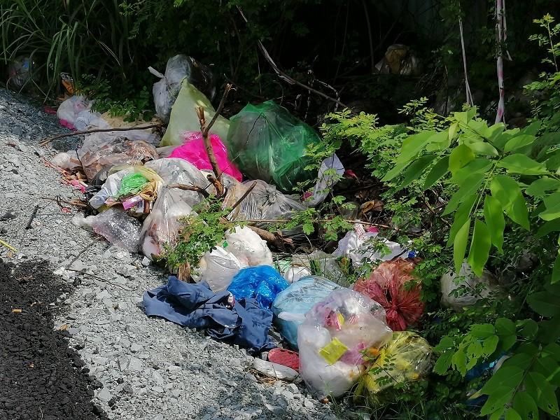 Cận cảnh rác thải tràn ngập đường song hành cao tốc - ảnh 13
