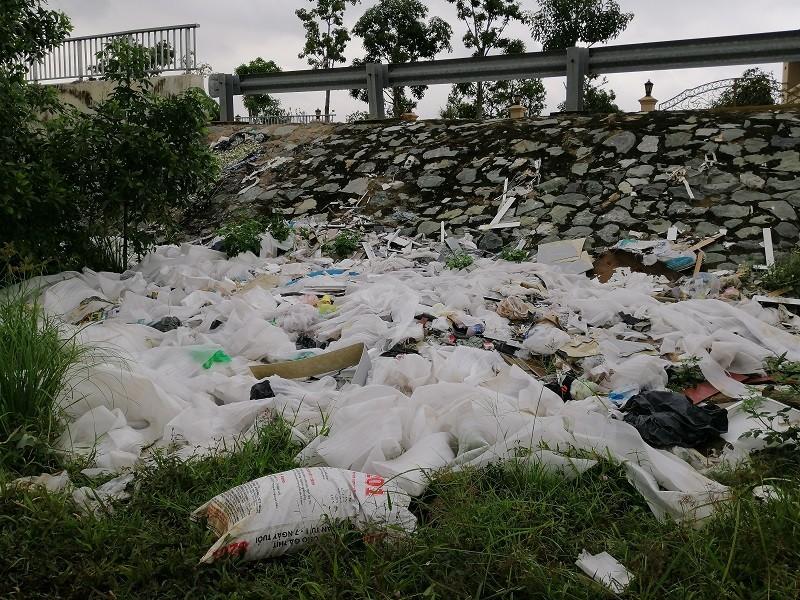 Cận cảnh rác thải tràn ngập đường song hành cao tốc - ảnh 3