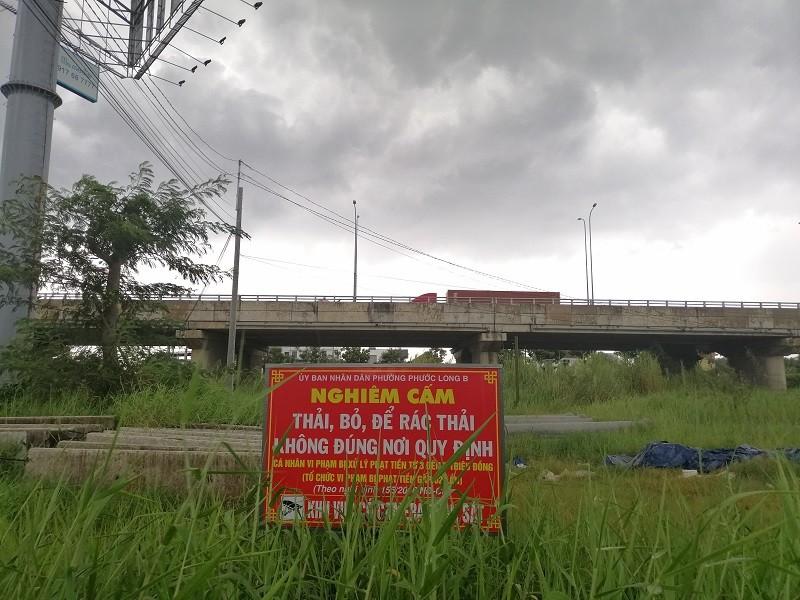 Cận cảnh rác thải tràn ngập đường song hành cao tốc - ảnh 6
