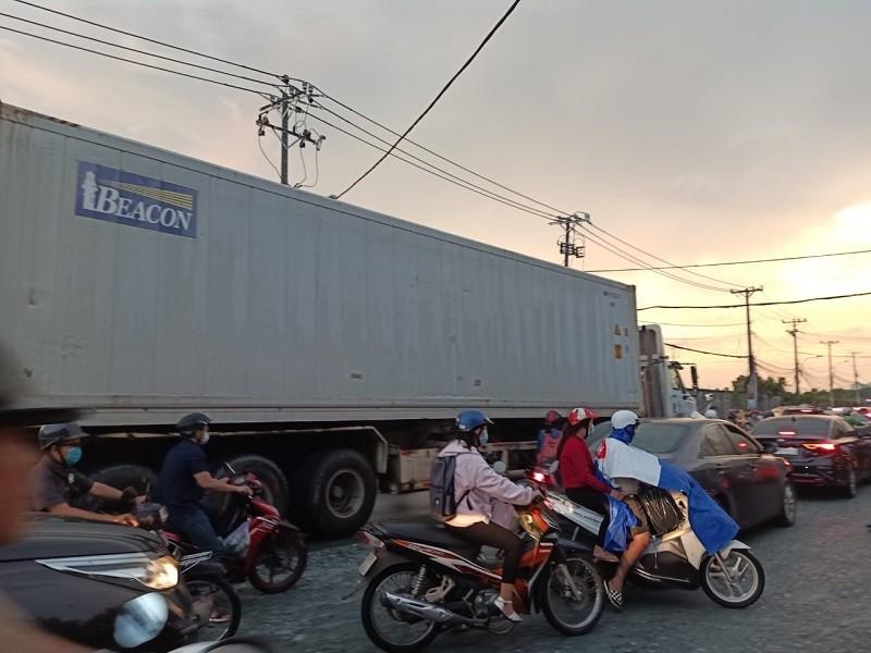 Dân TP.HCM ngán ngẩm khi lưu thông trên đường Đỗ Xuân Hợp - ảnh 1