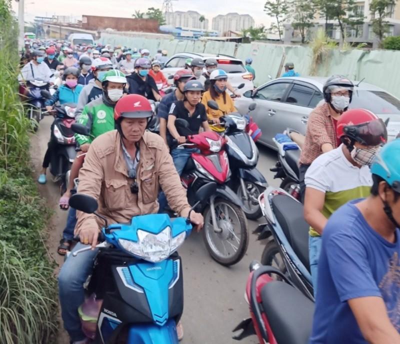 Dân TP.HCM ngán ngẩm khi lưu thông trên đường Đỗ Xuân Hợp - ảnh 5