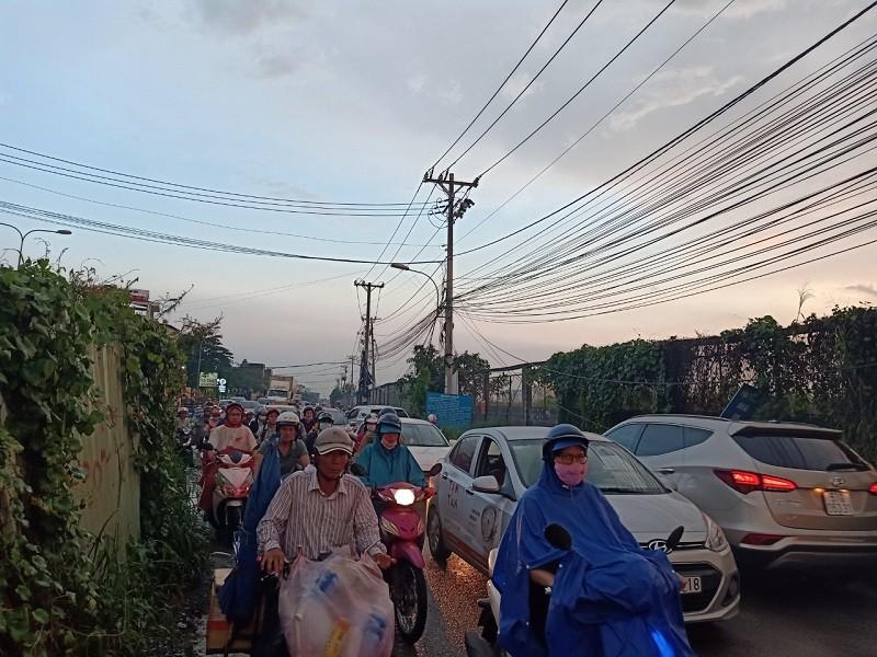 Dân TP.HCM ngán ngẩm khi lưu thông trên đường Đỗ Xuân Hợp - ảnh 4