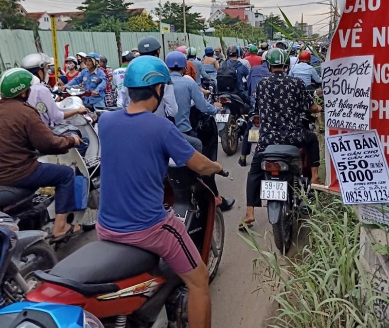 Dân TP.HCM ngán ngẩm khi lưu thông trên đường Đỗ Xuân Hợp - ảnh 6