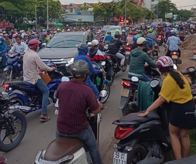 Dân TP.HCM ngán ngẩm khi lưu thông trên đường Đỗ Xuân Hợp - ảnh 7