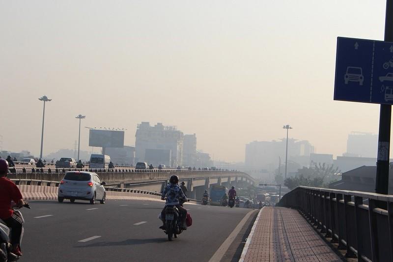 Sương mù dày đặc vẫn bao phủ Sài Gòn  - ảnh 1