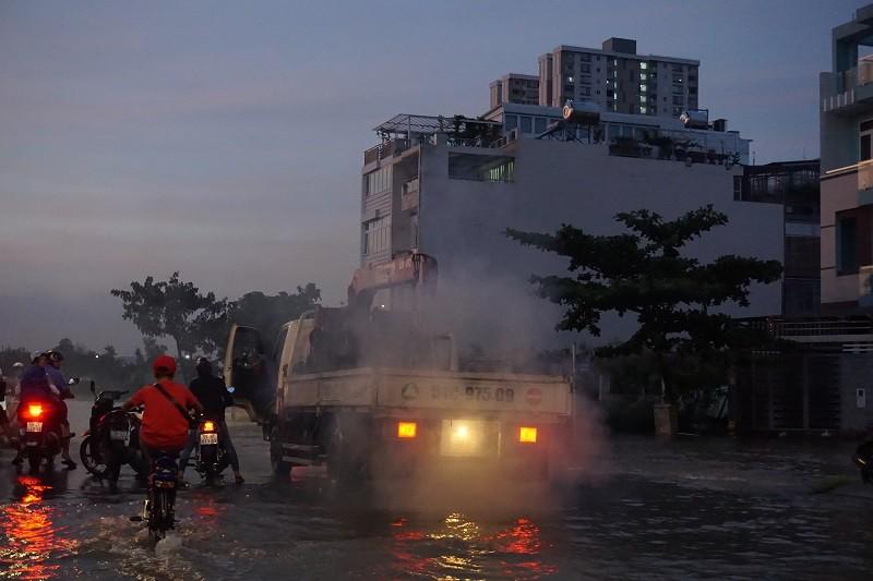 Hàng trăm phương tiện 'chết chìm' vì triều cường - ảnh 5