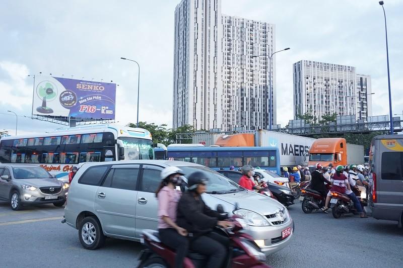Chùm ảnh: Giao thông rối rắm tại nút giao An Phú - ảnh 10
