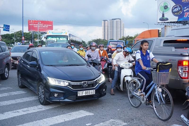Chùm ảnh: Giao thông rối rắm tại nút giao An Phú - ảnh 11