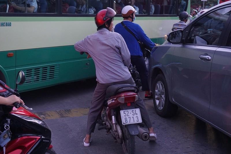 Chùm ảnh: Giao thông rối rắm tại nút giao An Phú - ảnh 13