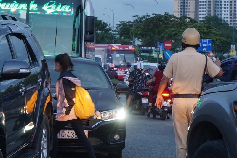 Chùm ảnh: Giao thông rối rắm tại nút giao An Phú - ảnh 14
