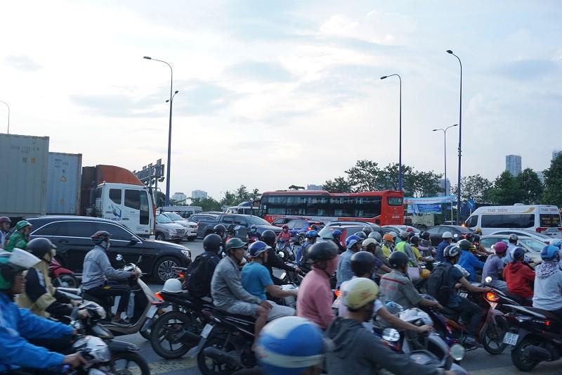 Chùm ảnh: Giao thông rối rắm tại nút giao An Phú - ảnh 1