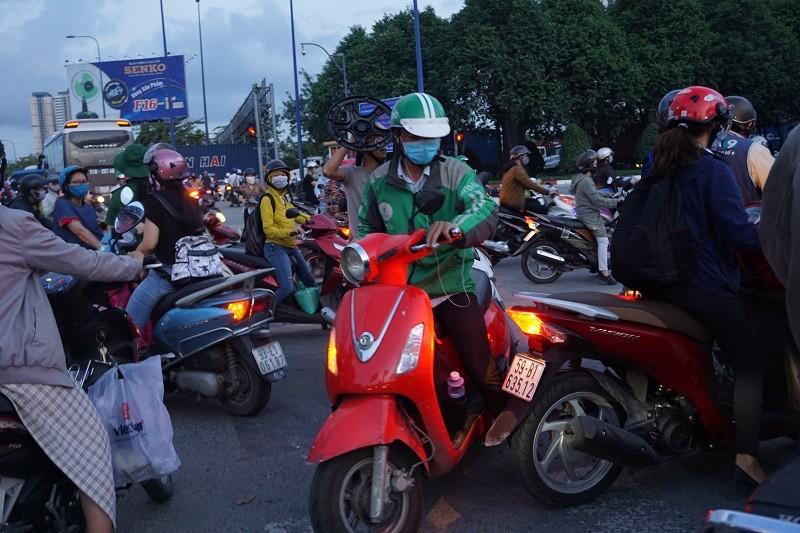 Chùm ảnh: Giao thông rối rắm tại nút giao An Phú - ảnh 15