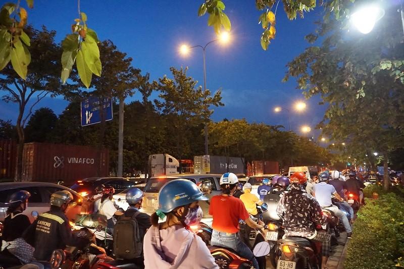 Chùm ảnh: Giao thông rối rắm tại nút giao An Phú - ảnh 16