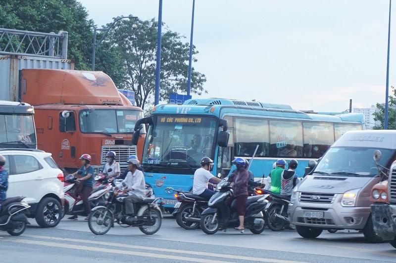 Chùm ảnh: Giao thông rối rắm tại nút giao An Phú - ảnh 4