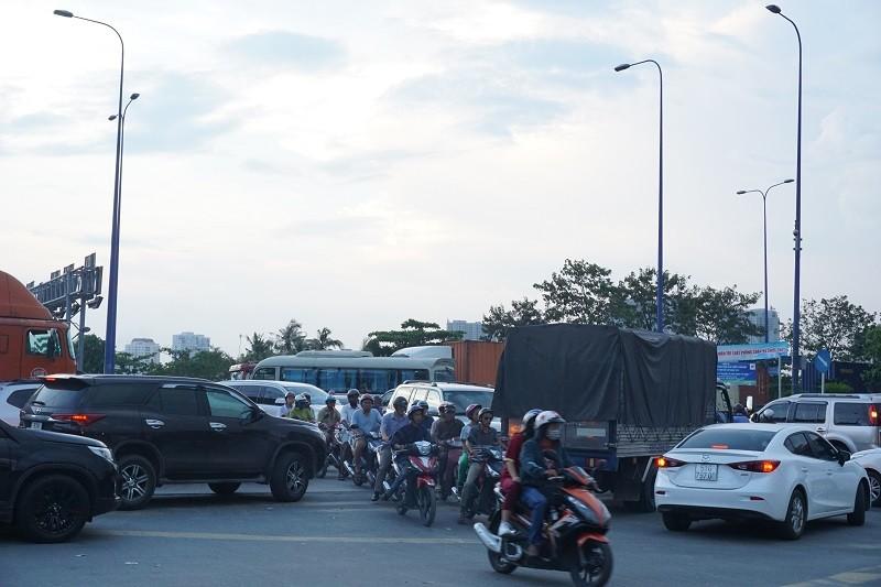 Chùm ảnh: Giao thông rối rắm tại nút giao An Phú - ảnh 8